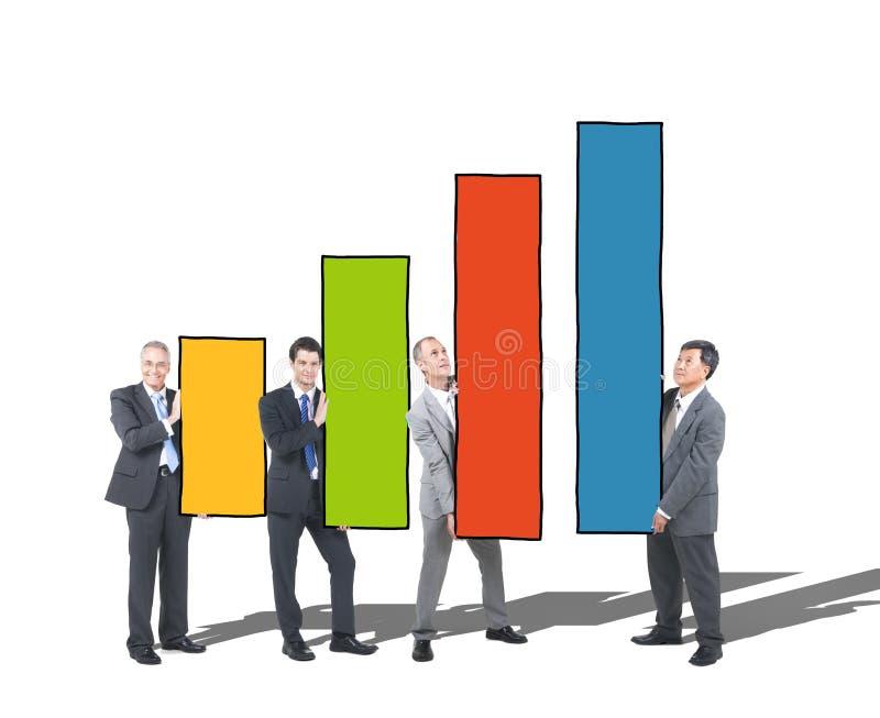 Счастливые бизнесмены держа столбчатую диаграмму стоковые фотографии rf