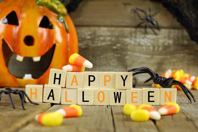 Счастливые блоки хеллоуина деревянные с мозолью конфеты и оформлением стоковое изображение rf