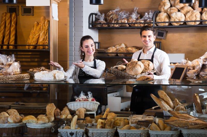 Счастливые взрослые пары продавая печенье и хлебцы стоковое изображение rf