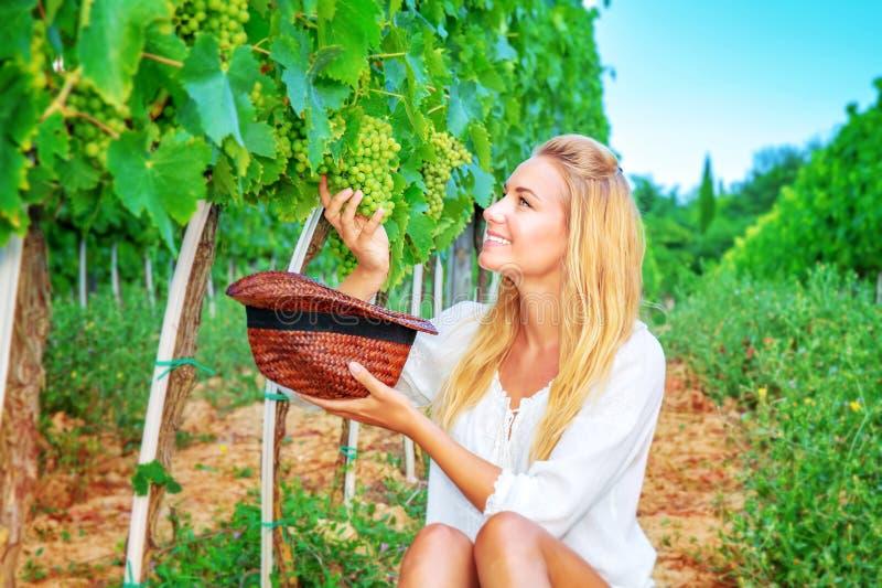 Счастливые виноградины рудоразборки девушки стоковая фотография