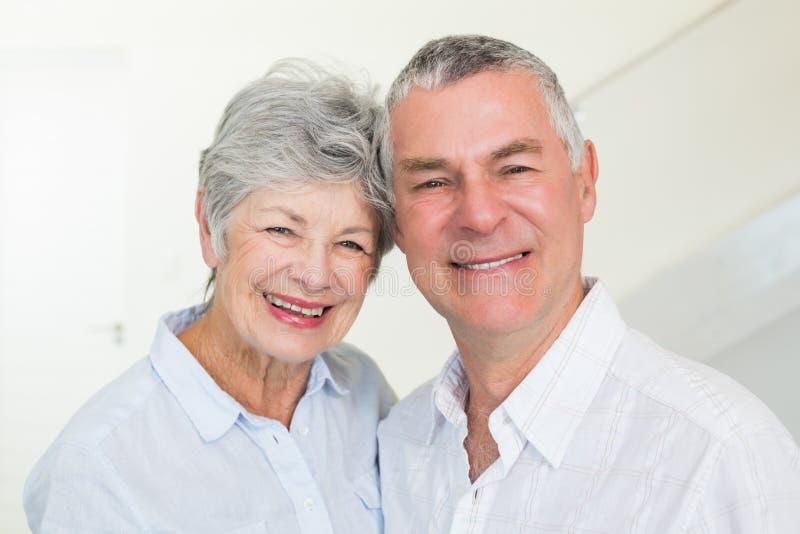 Счастливые выбытые пары усмехаясь на камере стоковая фотография