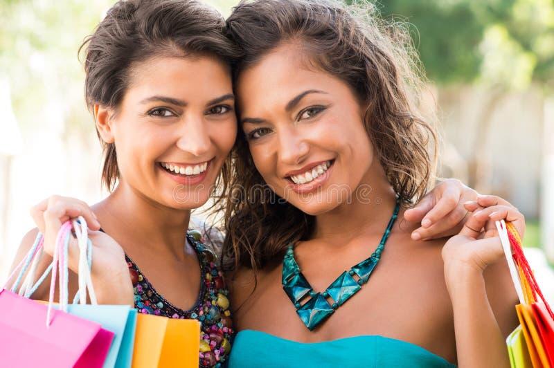 Счастливые девушки после ходить по магазинам стоковая фотография