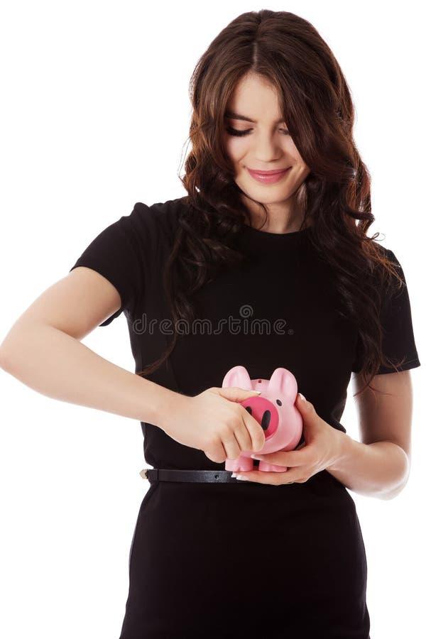 Счастливые деньги сбережений коммерсантки в piggybank стоковые фотографии rf