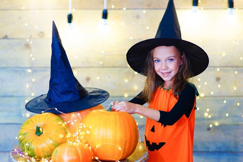 Счастливые дети ведьмы во время партии хеллоуина стоковая фотография