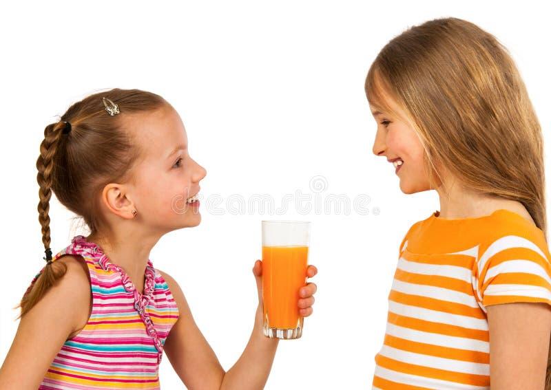 Счастливые дети выпивая сок стоковые изображения
