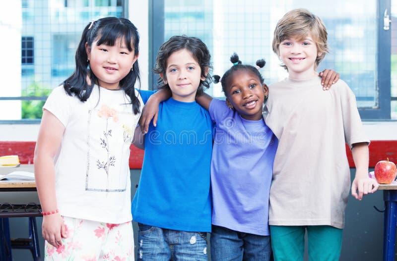 Счастливые дети в классе Концепция Multirace стоковое фото rf