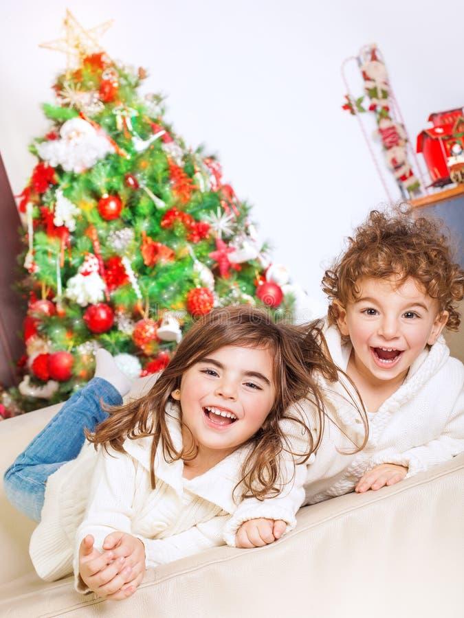 Счастливые дети в Рожденственской ночи стоковая фотография rf
