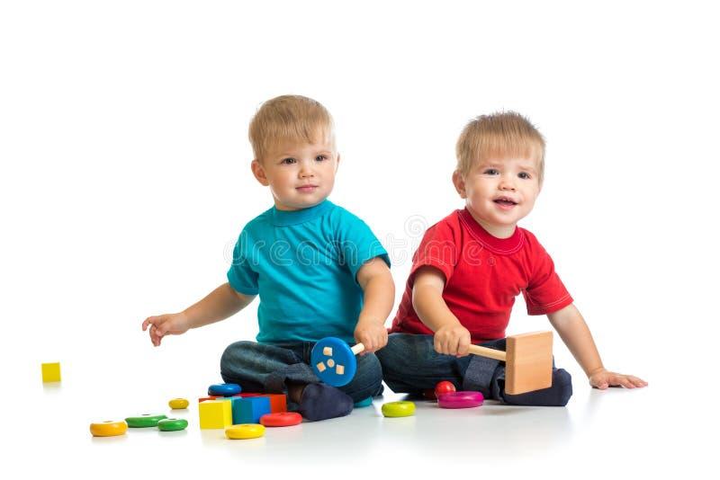 Счастливые дети играя деревянные игрушки совместно стоковое фото rf