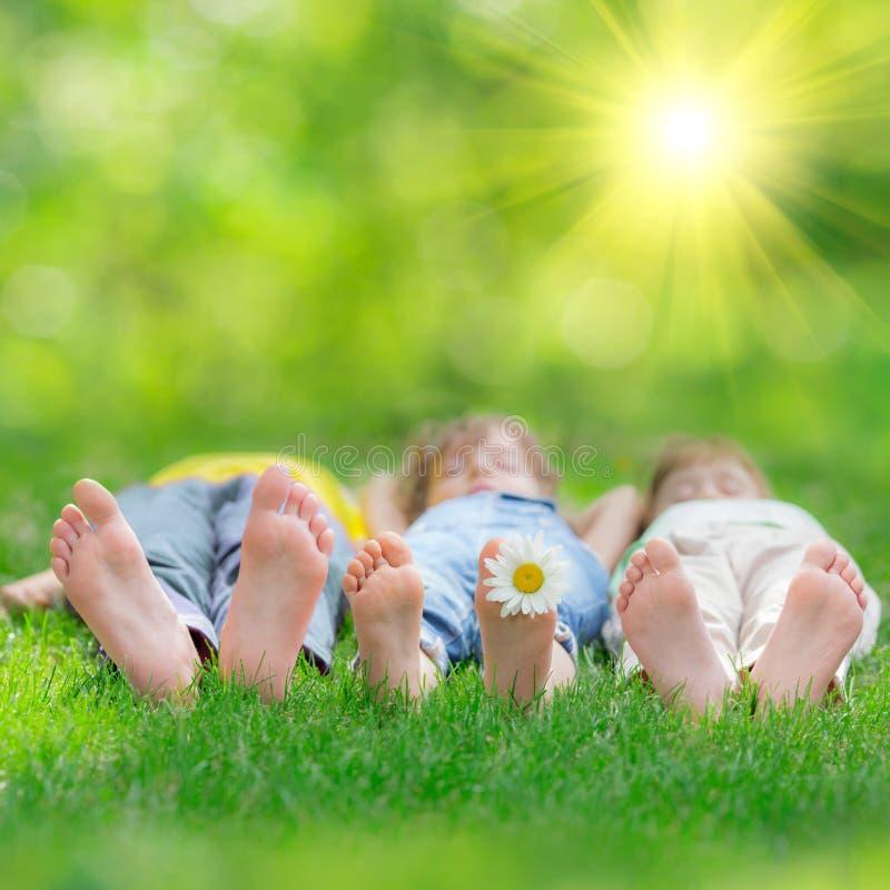 Счастливые дети играя outdoors стоковая фотография