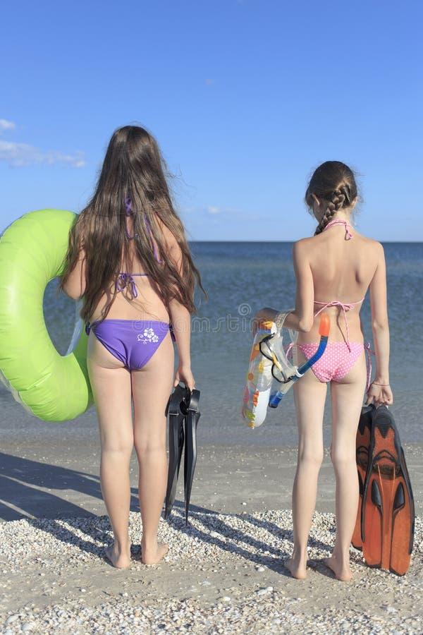 Счастливые дети на пляже во время лета стоковые изображения rf