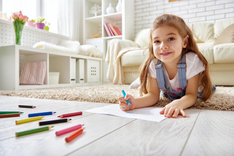 Счастливые детские игры стоковое изображение rf