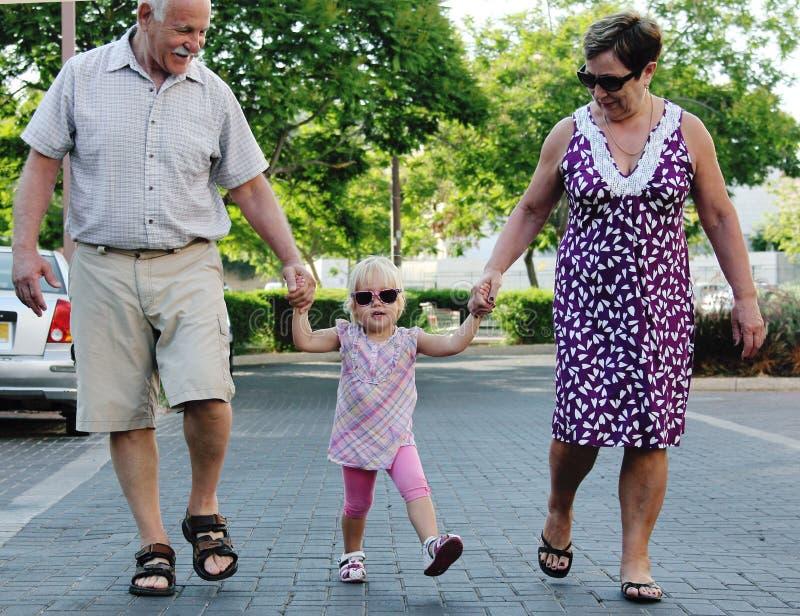 Счастливые деды с внуком стоковые фото