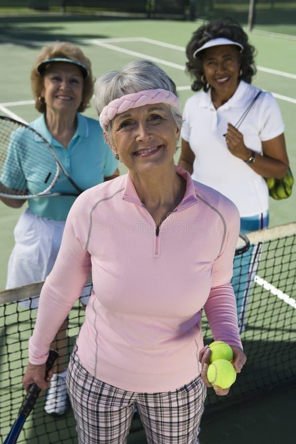 Счастливые женские старшие теннисисты стоковое изображение
