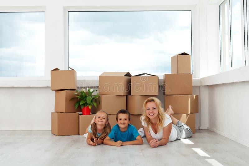 Счастливые женщина и дети в их новом доме стоковое фото rf