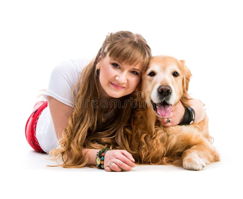 Счастливые женщины с ее собакой стоковые фото