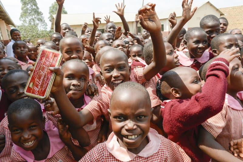 Счастливые зрачки получая материал школы стоковые изображения