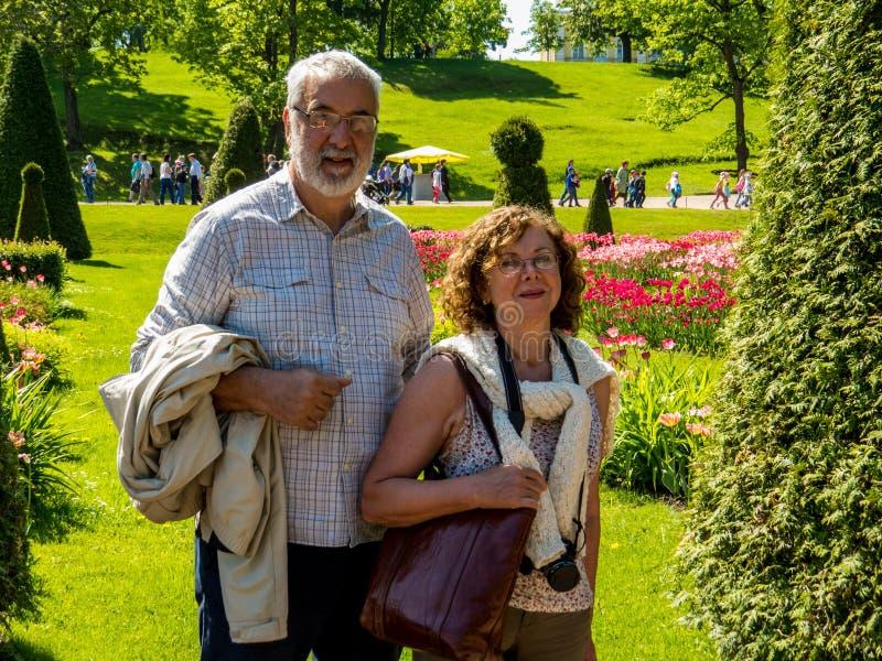 Счастливые зрелые пары туристов стоковые фотографии rf