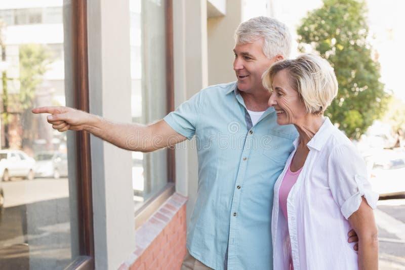 деревья пенсионеры у окна фото даме предложили руку