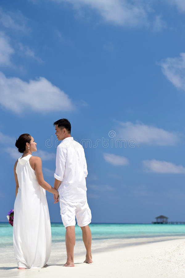 Счастливые китайские азиатские пары в Мальдивах wedding всход стоковые изображения rf