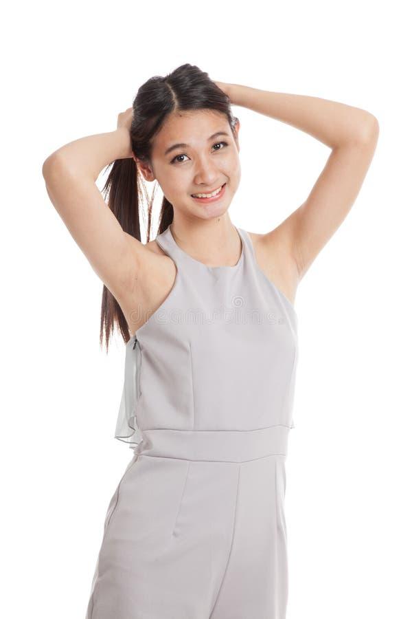 Счастливые красивые молодые азиатские волосы игры женщины стоковые изображения