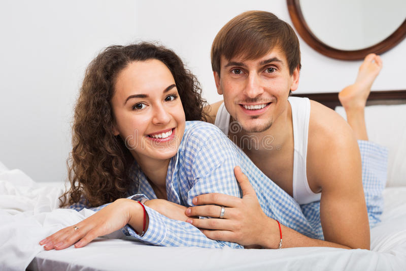 Счастливые красивые супруг детенышей и жена брюнет стоковое фото