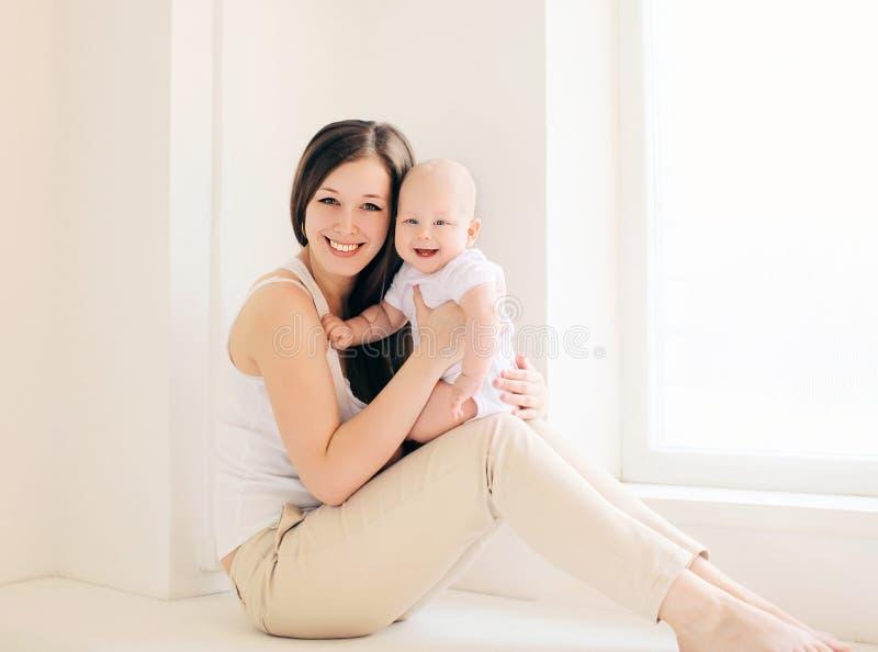 Счастливые мать и младенец дома стоковое изображение