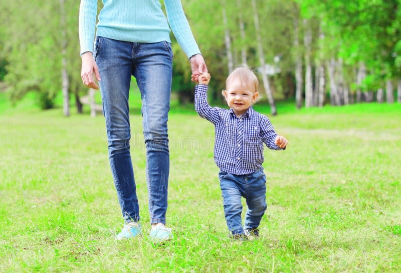 Счастливые мать и ребенок идут совместно outdoors на парк лета стоковое изображение rf
