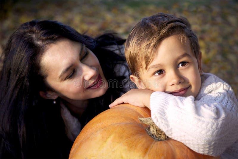 Счастливые мать и сынок стоковое изображение