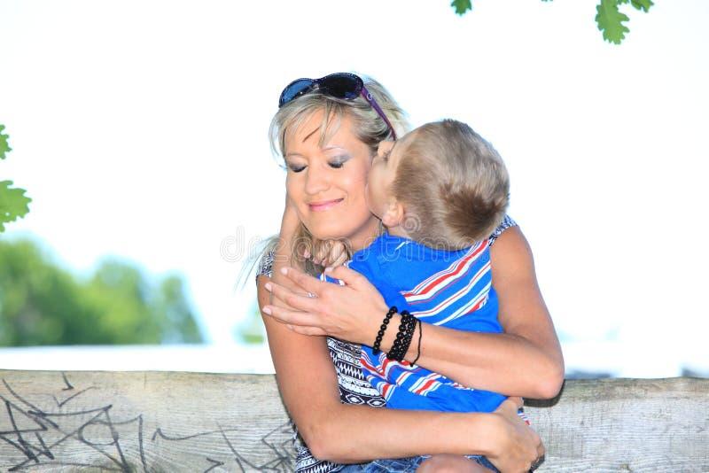 Download Счастливые мать и сын семьи на стенде в парке Стоковое Изображение - изображение насчитывающей женщина, счастливо: 33735675