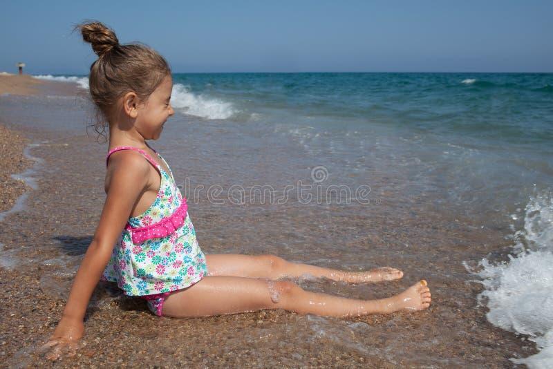 Счастливые маленькая девочка и море стоковые фотографии rf