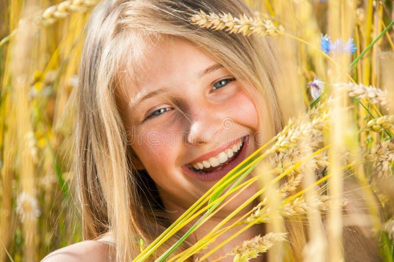 Счастливые маленькая девочка и пшеница стоковое изображение