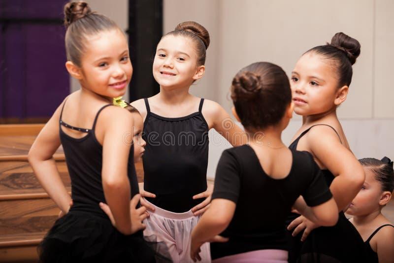 Счастливые маленькие девочки в классе балета стоковое изображение rf