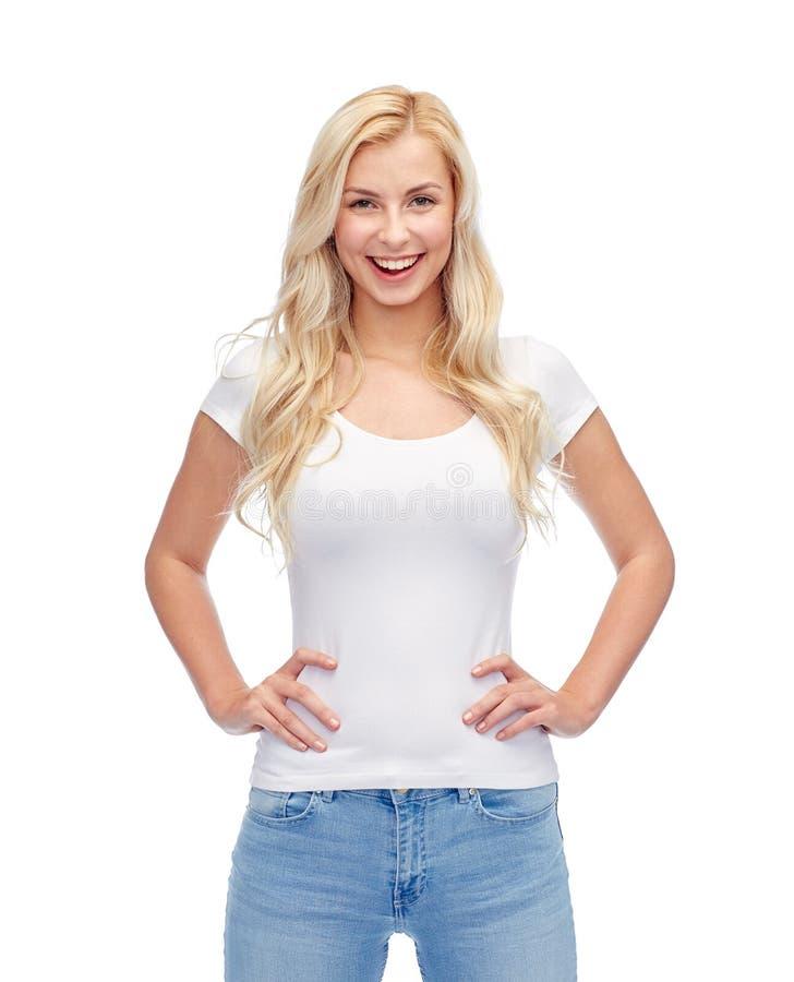 Счастливые молодая женщина или девочка-подросток в белой футболке стоковая фотография rf