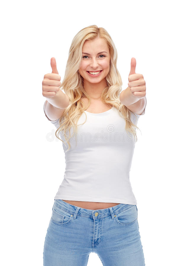 Счастливые молодая женщина или девочка-подросток в белой футболке стоковое изображение