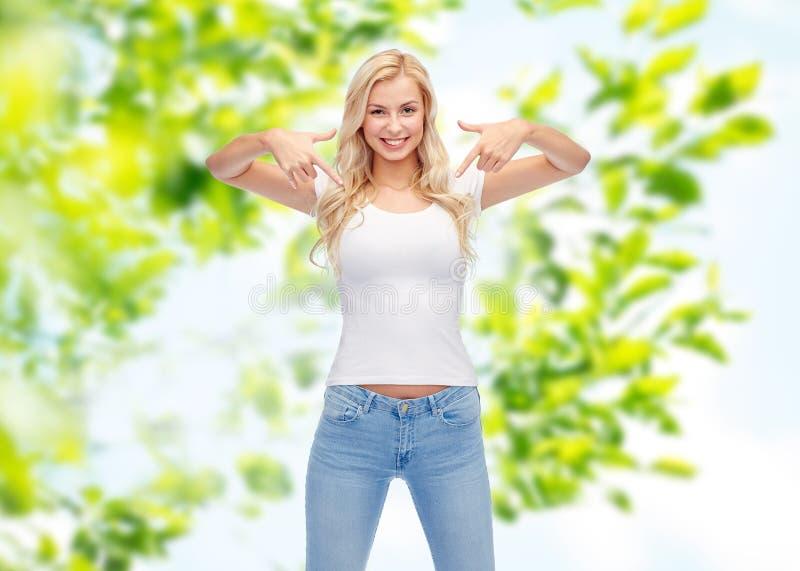 Счастливые молодая женщина или девочка-подросток в белой футболке стоковые фотографии rf