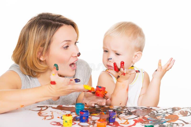 Счастливые молодые мать и ребенок с покрашенными руками. стоковая фотография