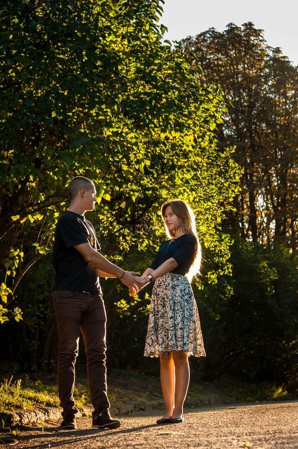 Счастливые молодые пары ласково держа руки и смотря один другого в влюбленности стоковое фото rf