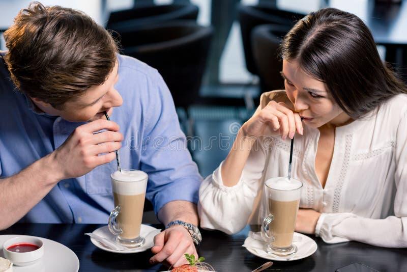 Счастливые молодые пары в влюбленности на романтичной дате в ресторане стоковое фото