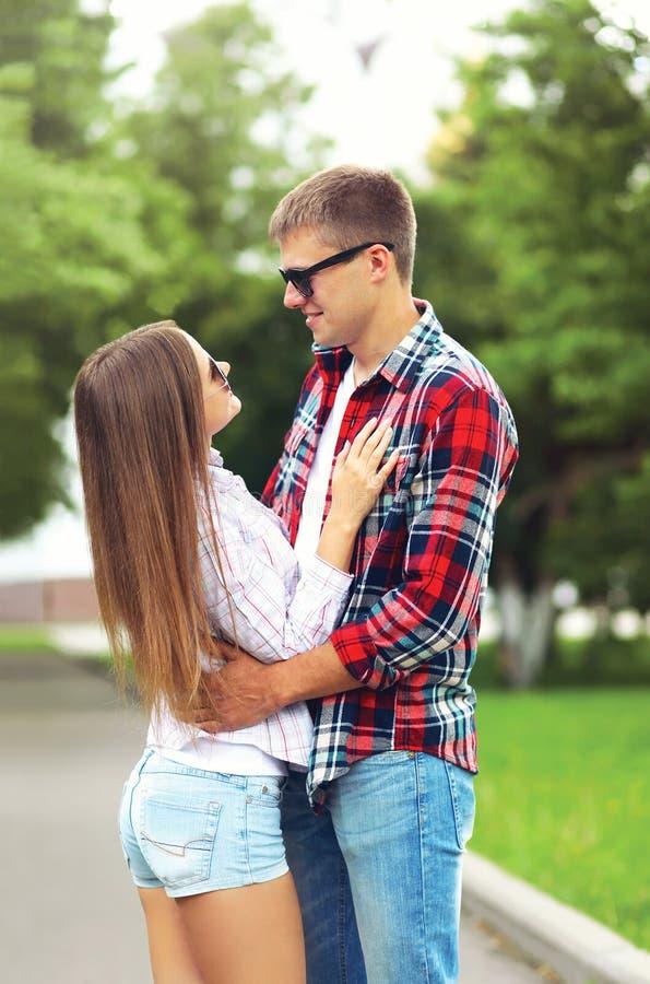 Счастливые молодые пары в влюбленности outdoors обнимая на лете стоковая фотография