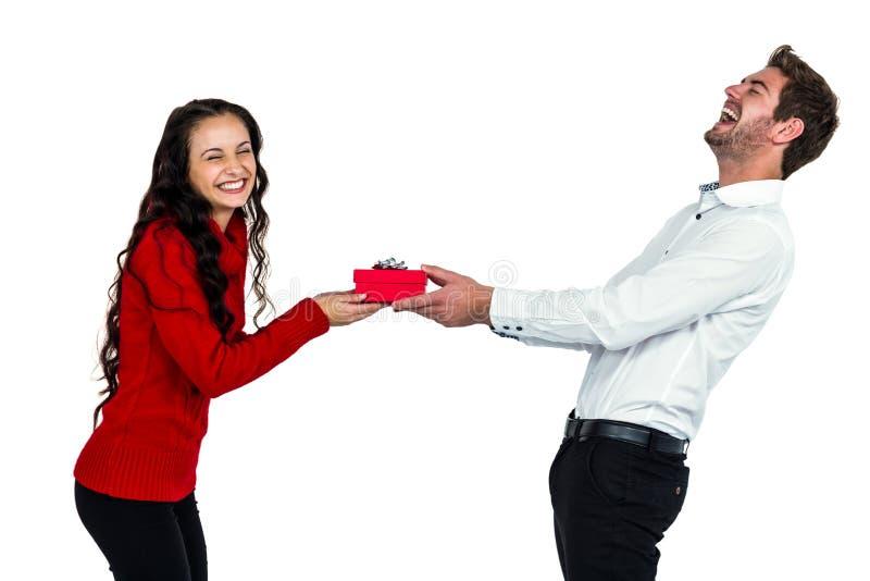 Счастливые молодые пары держа подарочную коробку стоковые фотографии rf