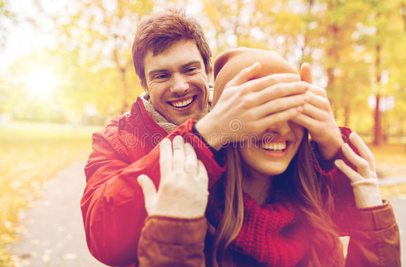 Счастливые молодые пары имея потеху в парке осени стоковое фото