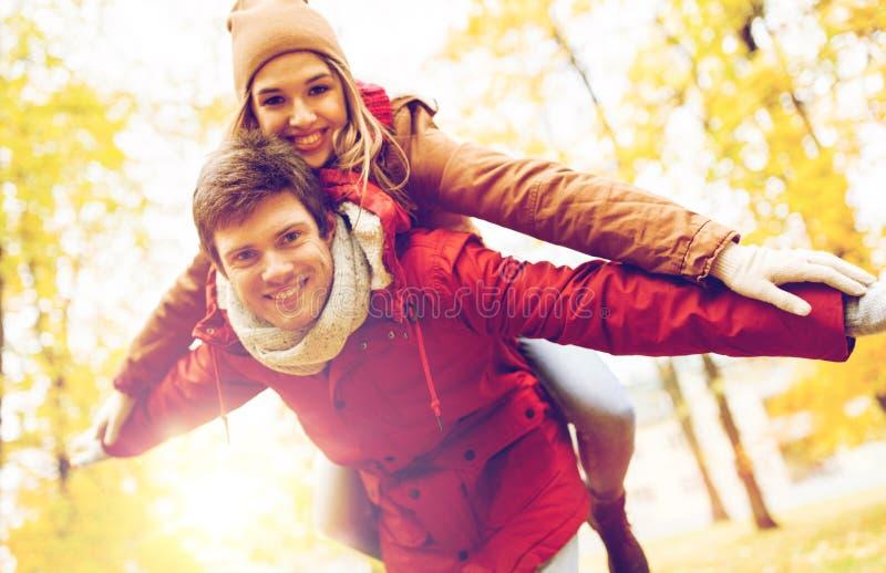 Счастливые молодые пары имея потеху в парке осени стоковые изображения