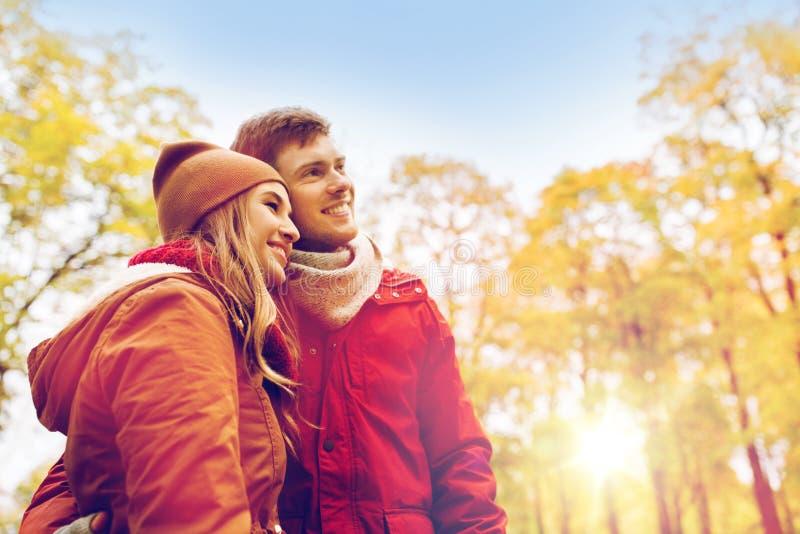 Счастливые молодые пары идя в парк осени стоковые изображения rf
