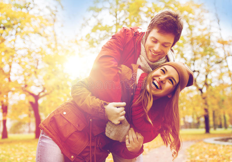 Счастливые молодые пары обнимая в парке осени стоковое фото rf