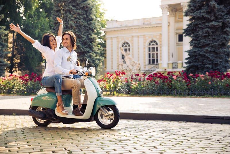 Счастливые молодые пары путешествуя в самокате стоковые изображения rf