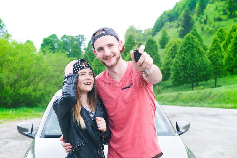 Счастливые молодые пары, друзья делая selfie пока сидящ в автомобиле взрослые молодые Кавказские люди земля принципиальной схемы  стоковое фото