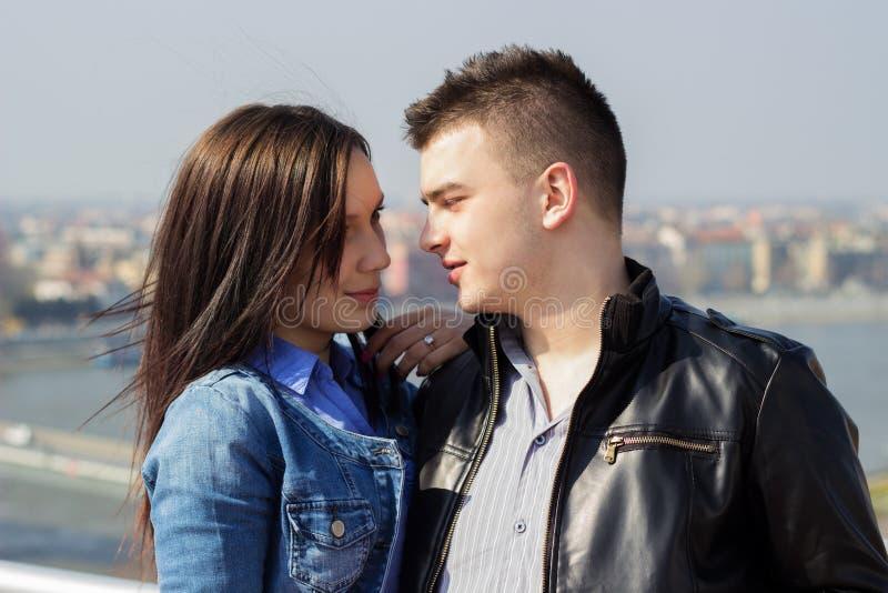 Счастливые молодые пары смотря один другого и обнимать стоковое изображение rf