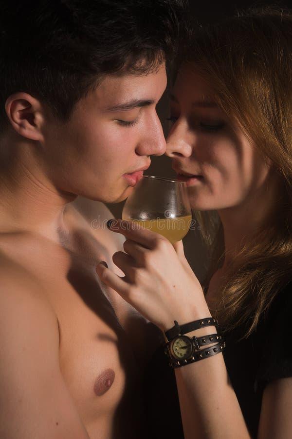 Счастливые молодые пары с коктеилями Изолировано на белизне стоковая фотография rf