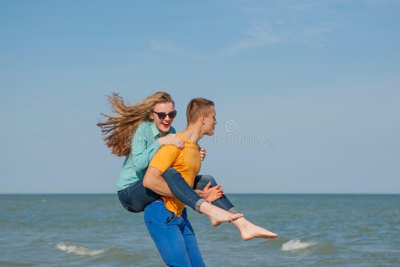 Счастливые молодые радостные парень и девушка стоковое фото rf
