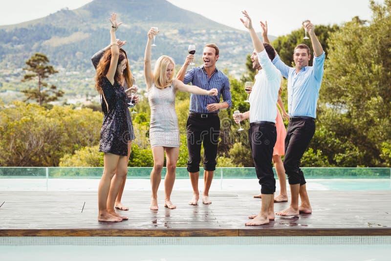Счастливые молодые друзья имея пить стоковые изображения